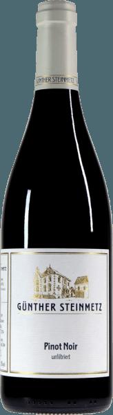 Der Pinot Noir von Günther Steinmetz kommt mit leuchtendem Rubinrot ins Glas. Dieser Wein offenbart augenblicklich eine enorme Eleganz und duftet wunderbar leichtfüßig nach Schattenmorellen, reifen Brombeeren und weiteren dunklen Waldfrüchten. Würzige Noten von Waldboden, etwas Zedernholz sowie eine prominente mineralische Schiefernote ergänzen. Am Gaumen ist der im großen Holz ausgebaute Pinot Noir von Günther Steinmetz herrlich elegant und frisch. Nicht zu schwer und nicht zu leicht gleitet er über die Zunge. Im Abgang schön griffig mit angenehm charaktervollen Tanninen und feiner Säure. Vinifikation des Günther Steinmetz Pinot Noir Die Trauben für diesen Mosel-Pinot werden von Hand gelesen und im großen Holzfass mit weinbergseigenen Hefen vergoren und unfiltriert abgefüllt. So kann sich zwar ein leichtes Depot am Boden bilden, was aber völlig unbedenklich ist. Speiseempfehlung zum Steinmetz Pinot Noir Genießen Sie diesen Steinmetz Basis Pinot Noir gern zu Schweinebraten, iberischem Schweinekotelett oder auch zu deftigem Kassler mit Sauerkraut und Kartoffeln.