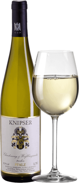 The Knipser family also knows that the family of Burgundy grape varieties makes a multitude of characteristics stronger in the collective. So also these two protagonists - Chardonnay & Weißburgunder from Knipser - who come from the same nursery but also have their own character. While the Chardonnay is regarded as the best white wine grape variety in the world, the Pinot Blanc is only known in our latitudes rather than qualitatively. Both together result in a wonderfully harmonious wine, which combines in equal measure elegant drinking flow but also smacking melt. A dry Pfälzer white wine like you rarely find it. In the yellow dress with greenish reflexes this German wine shines and juicy aromas of ripe native fruits, like pear or fresh plum arise from it. Food recommendation for the Knipser Chardonnay & Pinot Blanc This dry white wine from Germany is a wonderful companion to a fresh summer salad or light fish dishes in creamy sauce.