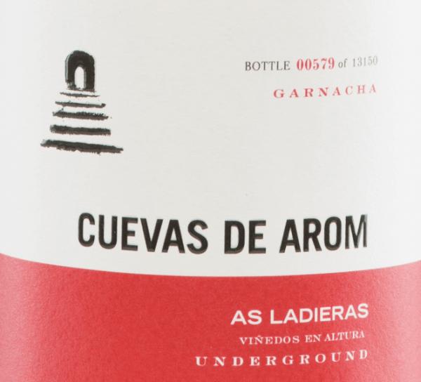 DerAs Ladieras von Cuevas de Arom ist ein hervorragender, rebsortenreiner Rotwein aus dem spanischen Anbaugebiet D.O. Campo de Borja in Aragonien. Ein strahlendes Rubinrot mit hellroten Glanzlichtern leuchtet bei diesem Wein im Glas. Das komplexe Bouquet präsentiert vielschichtige, intensive Aromen: es offenbaren sich rote und schwarze Beeren in Verbindung mit floralen Noten. Untermalt wird das blumig-beerige Aromenspiel von fein-rauchigen Anklängen. Auch am Gaumen spiegelt sich die Aromenkomplexität der Nase wider und wird von einer wundervollen Frische ummantelt. Die Tannine sind dezent in den sehr guten Körper eingebunden und werden von einem Hauch Gewürznelke und schwarzem Pfeffer begleitet. Das Finale überzeugt mit einer wunderbaren Länge. Vinifikation desCuevas de AromAs Ladieras Von 25 Jahre alten Rebstöcken in einer Höhe von 500-600 m in Flachlage wachsen die Garnacha-Trauben für diesen spanischen Rotwein. Die Lese wird ausschließlich von Hand vorgenommen. Im Weinkeller wird das das Lesegut sanft gepresst und anschließend bei kontrollierter Temperaturin 5000 Liter Zementtanks und danach im Zementtank und Weinei offen vergoren. Nach abgeschlossenem Gärprozess lagert dieser Wein für 8 Monate in Fässern aus französischer Eiche. Abschließend wird dieser Wein leicht filtriert auf die Flasche gefüllt. Speiseempfehlung für denAs Ladieras von Cuevas de Arom Dieser trockene Rotwein ist frühzeitig dekantiert ein absoluter Solo-Genuss. Oder servieren Sie diesen Wein zu gemütlichen Grillabenden mit der Familie und den Freunden. Auszeichnungen für denAs Ladieras Guía Peñín: 92 Punkte für 2015 The Wine Advocate: 91 Punkte für 2015