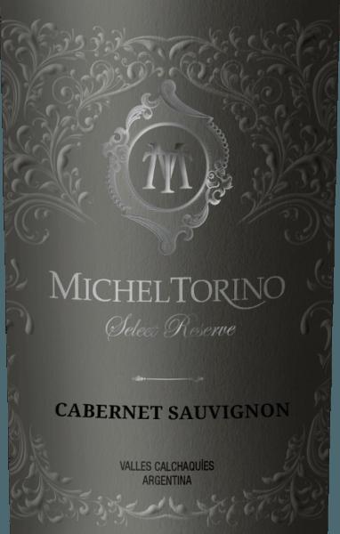 DerSelect Reserve Cabernet Sauvignon von Michel Torino leuchtet in einem lebhaften Rubinrot mit violetten Reflexen. Das Bouquet offenbart würzige Aromen nach Paprika, frisch gemahlenen Pfeffer und Nuancen an Rauch und Tabak. Der Gaumen lässt sich verwöhnen von einem eleganten, vollmundigen Charakter mit Noten nach dunklen Beerenobst, saftigen Kirschen und weißem Pfeffer. Dieser argentinische Rotwein überzeugt mit seiner faszinierenden Komplexität und seiner reifen Tanninstruktur. Vinifikation des Torino Cabernet Sauvignon Select Reserve Die Cabernet Sauvignon Trauben werden im April sorgsam mit der Hand gelesen. Dieser Rotwein aus Salta gewinnt insbesondere seine rauchigen Aromen und Tabak-Noten durch den Ausbau in Barriques. Insgesamt werden 70% des Don David Cabernet Sauvignon im Holz ausgebaut. Davon reifen 60% in amerikanischer und 40% in französischer Eiche. Speiseempfehlung für den Select Reserve Cabernet Sauvignon Torino Dieser trockene Rotwein ist ein toller Speisebegleiter zur mediterranen Vorspeisenküche, wie Tomatensuppe alla caprese, Spanferkelbraten mit Fenchel-Rosmarin-Gemüse oder auch zu herzhaften Käsespezialitäten. Auszeichnungen für den Cabernet Sauvignon Torino Select Reserve Robert M. Parker. 87 Punkte für 2015 Frankfurter Winetrophy: Silber Medaille für 2015