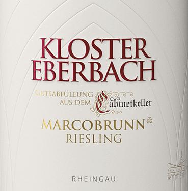 """Mit dem Erbacher Marcobrunn Riesling Großes Gewächs von Kloster Eberbach knüpft das Weingut an die jahrhundertealte Tradition der Cabinetkeller-Weine an. Eine Tradition, die auf die Eberbacher Zisternenmönche, die im 12. Jhd. die anspruchsvolle Burgunderrebe aus ihrer Heimat, dem Burgund, mitführten und im Rheingau kultivierten, zurückgeht. Der Eberbach Erbacher Marcobrunn Riesling funkelt in einem hellen Strohgelb mit goldenen Glanzlichtern im Glas. Das komplexe Bouquet dieses ausdrucksstarken Weißwein offenbart eine wundervolle Aromatik nach reifen Äpfeln, saftigen Mangos und Birnen. Hinzukommen etwas Maracuja und dezente Holznoten. Am Gaumen besitzt dieser deutsche Weißwein einen kraftvollen, zupackenden Körper mit Noten nach Äpfeln, Birnen, tropischen Früchten und einen filigraner Holzeinsatz. Die Säure ist perfekt in den Körper eingewoben und wird von einer guten Spannung gestützt. Das Finale wartet mit herrlicher Länge und Eleganz auf. Vinifikation des Eberbach Riesling Großes Gewächs Erbacher Marcobrunn Durch eine Urkunde von 1390 wird belegt, dass der Weinberg in """"Marckinborn"""" zu den ältesten klösterlichen Weinbergen gehört. Der Name Marcobrunn wird von dem Brunnen, der zwischen Hattenheim und Erbach steht, abgeleitet. Die Lage galt 1762 als Synonym für die feinsten Rheingauer Weine. Nach Süden ist diese Lage mit einer Neigung von 0 % bis 25% ausgerichtet. Die tiefgründigen Böden sind reich an tonigen Mergel und kalkhaltig. Nach der sehr sorgsamen Lese der Trauben wir das Lesegut im Cabinetkeller zur Gärung vorbereitet. Nach der strengen Selektion beginnt der Gärprozess in Edelstahltanks. Zur Reife wird dieser Wein für für einige Zeit in Holzfässer gelegt und ruht noch etwas weiter auf der Flasche. Speiseempfehlung für den Erbacher Marcobrunn Riesling Kloster Eberbach Großes Gewächs Genießen Sie diesen ausdrucksvollen, trockenen Weißwein aus Deutschland zu fangfrischen Fisch im Kräuter-Zitronen-Mantel und allerlei Spargel-Gerichten. Ein toller Wein für beson"""