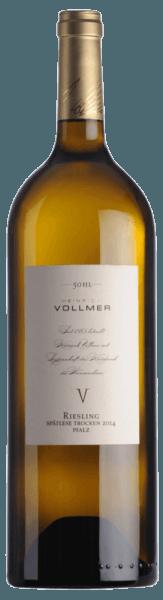 Der 50 HL Riesling Spätlese von Heinrich Vollmer leuchtet im Glas in einem intensiven Strohgelb und entfaltet die köstlichen Aromen von Zitrusfrüchten, Pfirsichen und grünen Äpfeln. Dieser Weißwein begeistert am Gaumen durch seine Komplexität, die fein eingebundene Säure und die mineralischen Noten. Speiseempfehlung für den Vollmer 50 HL Riesling Spätlese Genießen Sie diesen trockenen Weißwein zu gedünstetem oder gebratenem Chicorée mit Zander, Antipasti und Risotto oder zu asiatischer Küche.