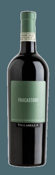 Der Amarone Fracastoro DOC von Villabella erscheint im Glas in einem Granatrot und umschmeichelt die Nase mit den Aromen von eingelegten Kirschen, Pflaumen und würzigen Anklängen. Dieser Rotwein begeistert am Gaumen mit seiner kraftvollen Frucht und dem perfekt ausgewogenen Zusammenspiel von Tanninen und Alkohol. Vinifikation des Villabella Amarone Fracastoro Dieser Amarone wird aus den Rebsorten Corvina, Rondinella und Corvinone vinifiziert. Ein Teil dieses Weines wurde traditionell in Fässern aus slawonischer Eiche ausgebaut und Tonneaus. Speiseempfehlung für den Villabella Amarone Fracastoro Genießen Sie diesen trockenen Rotwein zu rotem Fleisch, Wild und gereiftem Hartkäse.