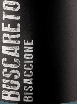 DerBisaccione Rossovon Buscareto aus dem italienischen Weinanbaugebiet IGT Marche Rosso ist eine finessenreiche, harmonische und expressive Rotwein-Cuvée, die aus den Rebsorten Montepulciano und Cabernet Sauvignon vinifiziert wird. Im Glas präsentiert sich dieser Wein in einem dunklen Rubinrot mit purpurnen Glanzlichtern. Das ausdrucksvolle Bouquet verzaubert die Nase mit intensiven Aromen nach saftigen Sauerkirschen, Dörrpflaumen und würzigen Noten nach frisch gemahlenem Pfeffer. Auch am Gaumen präsentieren sich die Aromen der Nase. Der warme Körper besitzt eine dichte Textur, die diesem italienischen Rotwein seine Tiefgründigkeit verleiht. Das Finale wartet mit angenehmer Länge und feiner Würze auf. Vinifikation desBuscareto Rosso Marche Die beiden Rebsorten wachsen im italienischen Marken imCassero di Camerata Picena Weinberg. Ist das Lesegut im Weinkeller von Buscareto angekommen, werden die Trauben bei kontrollierter Temperatur (ca. 25 Grad Celsius) für 15 Tage vergoren und auf der Schale mazeriert. Ist der Gärprozess abgeschlossen wird dieser Rotwein in Barriques und Tonneaux aus französischer Eiche überführt. Der Ausbau beträgt etwa ein Jahr. Danach ruht dieser Wein noch für 12 Monate auf der Flasche, bevor der Buscareto Rosso Marche das Weingut verlässt. Speiseempfehlung für denRosso Marche Buscareto Dieser trockene Rotwein aus Italien ist ein hervorragender Begleiter zu kräftigen Eintöpfen mit Rindfleisch, Schmorbraten mit Grillgemüse oder auch zu allerlei Wurst- und Käsevariationen.