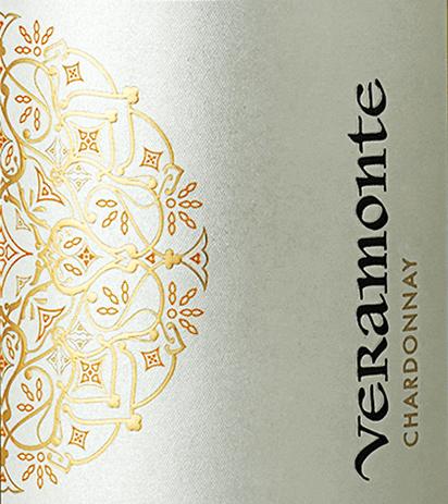 Im chilenischen Weinanbaugebiet Casablanca Valley wachsen die Trauben für diesen geschmeidigen, rebsortenreinenChardonnay von Veramonte. Mit einem strahlenden Strohgelb und grün-goldenen Reflexen schimmert dieser Wein im Glas. Das ausdrucksstarke Bouquet verzaubert die Nase mit Aromen nach gelben Früchten (reife Birne und Quitte), frische Zitronenschale und Zitronencreme (Lemon Curd) und feinste Anklänge nach Vanille und Röstnoten. Der Gaumen wird vollends durch die pure Frucht und die cremig-schmelzige Textur überzeugt. Der Körper ist wundervoll elegant und harmonisch. Das Finale wartet mit wunderschöner Balance zwischen Schmelz und fruchtiger Frische auf. Vinifikation des Chardonnay Veramonte In der Nacht werden die Trauben im Casablanca Valley gelesen und sofort in die Weinkellerei von Veramonte gebracht. Dort wird das Lesegut im Ganzen gepresst und im Edelstahltank vergoren. Anschließend wird dieser chilenische Weißwein jeweils zu 50% sowohl im Edelstahltank als auch im Holzfass (8 Monate) ausgebaut. Speiseempfehlung für den Veramonte Chardonnay Dieser trockenen Weißwein aus Chile passt hervorragend zu allerlei cremigen Risotto-Variationen, frischer Pasta und Lasagne, aber auch zu Gerichten der thailändischen Küche - besonders Speisen mit Kokosmilch.