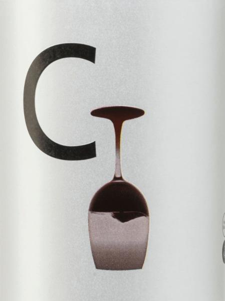 Der Carchelo C von Bodegas Carchelo ist eine im Fass gereifte Rotwein-Cuvée aus Monastrell (35%), Cabernet Sauvignon (30%), Tempranillo (25%) und Syrah (10%). Im Glas offenbart sich eine granatrote Farbe mit einem violetten Kern. In der Nase zeigt sich dieser spanische Rotwein intensiv und erfrischend mit einer großen Aromenvielfalt von Blaubeeren, Cassis, Erdbeeren, blauen Blumen und einem Hauch Lakritz. Unterstrichen wird dies von eleganten und würzigen Vanille-, Zedernholz- und Röstnoten. Am Gaumen wartet dieser Rotwein mit einer ausgewogenen Säure und einem mittleren Körper mit weichen Tanninen auf, bevor dieser Wein in einen langen Abgang mündet. Vinifikation desBodegas Carchelo C Die Trauben für diesen Rotwein stammen von Rebstöcken mit einem Alter von 15 Jahren, die in dem spanischen Anbaugebiet D.O. Jumilla wachsen. Nach der Lese der Trauben werden diese gepresst und die daraus entstandene Maische in Edelstahltanks bei kontrollierter Temperatur vergoren. Danach erfolgt der Holzausbau für 4 Monate in Holzfässern aus französischer Eiche. Speiseempfehlung für den Carchelo C Bodegas Carchelo Servieren Sie diesen trockenen Rotwein aus Spanien zu Wild, Geflügel mit Rotweinsaucen und Pasta-Gerichten mit würzigen Saucen und Kräutern. Aber auch zu einem gemütlichen Grillabend ist dieser Rotwein ein perfekter Begleiter.
