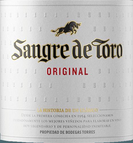 Der Sangre de Toro von Miguel Torres ist ein wundervoller Rotwein aus den Rebsorten Garnacha Tinta (65%) und Carinena (35%). Seinen Namen Sangre de Toro (Blut des Stiers) besitzt dieser Wein von dem Weingott Bacchus - die Römer nannten diesen auch Sohn des Stieres. Im Glas präsentiert sich dieser Wein in einem tiefdunklen Kirschrot mit purpurnen Reflexen.Das Bouquet offenbartfruchtig-würzige Aromen nach süß gereiften dunklen Beeren, saftigen Kirschen und wird von dezenter Kräuterwürze und Holznuancen untermalt. Am Gaumen zeigt sich eine kräftige, vollmundige und samtige Persönlichkeit, die von weichen Tanninen begleitet wird. Auch die Aromen der Nase spiegeln sich am Gaumen wider. Das Finale besitzt eine gute Länge und wird von Röstaromen der Eiche akzentuiert. Vinifikation des Miguel Torres Sangre de Toro Im September werden die Trauben für diesen spanischen Rotwein gelesen. Im Weinkeller wird das Lesegut umgehend kalt eingemaischt. Dadurch werden den Beerenhäuten die Farbpigmente und die duftigen Aromen entzogen. Danach erfolgt die temperaturkontrollierte sieben-tägige Gärung in Edelstahltanks. Nach abgeschlossener Gärung und zweiwöchiger Maischestandzeit, wird dieser Wein für 6 Monate in Fässern aus französischer und amerikanischer Eiche ausgebaut. Speiseempfehlung für den Miguel Torres Sangre de Toro Dieser trockene Rotwein aus Spanien ist ein toller Speisebegleiter zur klassischen spanischen Küche - wie Tapas und Paella - aber auch zu gegrilltem Fleisch und pikanten Pasta-Gerichten ist dieser Wein ein Genuss.