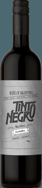 Der Malbec Uco Valley von Tinto Negro leuchtet in einem herrlichen Rubinrot im Glas. Die Nase erfreut sich an intensiven floralen Aromen, die an Veilchen erinnern. Untermalt wird das Bouquet von reifen dunklen Früchten, besonders von reifen Schwarzkirschen und saftigen Brombeeren. Am Gaumen ist dieser argentinische Rotwein wundervoll ausgewogen mit samtiger Textur. Das Finale ist angenehm frisch und lang anhaltend. Vinifikation des Tinto Negro Uco Valley Malbec Nach der Lese werden die Trauben 5 Tage kalt mazeriert. Darauf folgt eine 17-tägige Gärung bei Temperaturen von höchstens 22 °C. Dadurch erhält dieser Rotwein seine frische Art und volle Frucht. Abgerundet werden 10% dieses Weins für 9 Monate in Barriques aus französischer Eiche. Speiseempfehlung für den Malbec Uco Valley Tinto Negro Genießen Sie diesen trockenen Rotwein aus Argentinien zu saftigem Rindersteak mit knackigen Salat, Lammfilets mit Schwenkkartoffeln oder auch zu reifen Käsesorten. Auszeichnungen für den Uco Valley Malbec von Tinto Negro Stephen Tanzer: 89 Punkte für 2014 Wine Enthusiast: 88 Punkte für 2014 Robert M. Parker: 89 Punkte für 2014