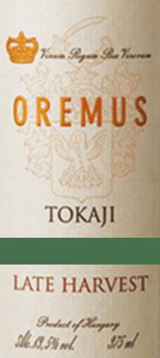 DerTokaji Late Harvest von Tokaj Oremus ist ein wundervoller, vollmundiger Dessertwein aus den Rebsorten Furmint (50%), Zeta (25%), Harslevelü (20)% undMuscat de Lunel (5%). Im Glas erstrahlt dieser Wein in einem leuchtenden Goldgelb mit glitzernden Glanzlichtern. Das aromatische Bouquet offenbart vielfältige Aromen nach saftigen Weinbergpfirsichen, reifen Quitten und frischen Zitrusfrüchten - untermalt von weißen Sommerblüten und Akazienhonig. Den Gaumen verwöhnt dieser Tokaj mit einer üppigen Fruchtfülle nach Aprikose, Birne und Zitrone. Die saftige Süße harmoniert perfekt mit der feinen, elegant ausbalancierten Säure. Das Finale wartet mit einer wunderschönen Länge auf. Vinifikation des Oremus Late Harvest Tokaji Die Lese der Trauben beginnt Mitte September und geht bis Anfang Oktober. In mehreren Durchgängen werden die Beeren sorgsam von Hand gelesen und dann umgehend in den Weinkeller von Oremus gebracht. Immer in kleinen Mengen werden die Trauben sanft gepresst und der Most anschließend in neuen Fässern aus ungarischer Eiche (teils 136-Liter-Göncer-Fässer sowie teils 220-Liter-Szerednye-Fässern). vergoren. Nach abgeschlossenem Gärprozess wird dieser Dessertwein für 6 Monate in ungarischen Eichenfässern ausgebaut. Abschließend wird dieser Wein auf die Flasche gefüllt und rundet noch mindestens 15 Monate in den Weinkellern harmonisch ab. Speiseempfehlung für den Spätlese Oremus Tokaj Genießen Sie diesen edelsüßen Tokaj aus Ungarn zu allerlei Desserts mit frischen Früchten oder auch zu feinem Mürbegepäck. Aber auch zu pikanter Gänseleberpastete oder gereiften Weichkäsesorten passt dieser Wein hervorragend.