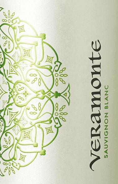 Im Glas zeigt der Sauvignon Blanc aus dem Hause Veramonte eine leuchtend hellgelbe Farbe. Die erste Nase des Sauvignon Blanc schmeichelt mit von Jasmine, Kirschblüten und Pomelo. Den fruchtigen Anklängen des Bouquets gesellen sich noch mehr fruchtig-balsamische Nuancen hinzu. Am Gaumen startet der Sauvignon Blanc von Veramonte herrlich aromatisch, fruchtbetont und balanciert. Auf der Zunge zeichnet sich dieser ausgeglichene Weißwein durch eine ungemein leichte und knackig Textur aus. Im Abgang begeistert dieser jugendliche aus der Weinbauregion Aconcagua schließlich mit guter Länge. Es zeigen sich erneut Anklänge an Jasmin und Geissblatt. Im Nachhall gesellen sich noch mineralische Noten der von Granit und Ton dominierten Böden hinzu. Vinifikation des Sauvignon Blanc von Veramonte Dieser balancierte Weißwein aus Chile wird aus der Rebsorte Sauvignon Blanc gekeltert. Die Trauben wachsen unter optimalen Bedingungen in Aconcagua. Die Reben graben hier ihre Wurzeln tief in Böden aus Granit und Ton. Nach der Handlese gelangen die Weintrauben zügig ins Presshaus. Hier werden sie selektiert und behutsam aufgebrochen. Anschließend erfolgt die Gärung im Edelstahltank bei kontrollierten Temperaturen. Der Vinifikation schließt sich eine Reifung für einige Monate auf der Feinhefe an, bevor der Wein schließlich abgefüllt wird. Speiseempfehlung zum Veramonte Sauvignon Blanc Erleben Sie diesen Weißwein aus Chile idealerweise gut gekühlt bei 8 - 10°C als begleitenden Wein zu Kokos-Limetten-Fischcurry, gebratene Forelle mit Ingwer-Birne oder Spargelsalat mit Quinoa.