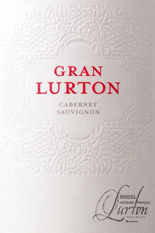 Der Gran Lurton ist eine wundervolle, ausdrucksstarke Rotwein-Cuvée aus den Rebsorten Cabernet Sauvignon (80%) und Malbec (20%). Im Glas leuchtet dieser Wein in einem tiefen Rubinrot mit tintenfarbenen Glanzlichtern. Das markante Bouquet offenbart sortentypische Aromen nach reifen Beeren, saftigen Schattenmorellen und frische Zwetschge. Dazu gesellen sich feine Nuancen der Eichenholzreife. Am Gaumen ist dieser argentinische Rotwein angenehm trocken mit einem kräftigen Körper, der zugleich von weichen Tanninen ummantelt wird. Die elegante Struktur des Cabernet Sauvignon vereint sich zu einer wunderbaren Harmonie mit dem würzigen Charakter des Malbecs. Das Finale überzeugt mit einer eleganten Länge. Vinifikation des Cabernet Sauvignon Gran Lurton Am Fuße der Anden, im Weinanbaugebiet Mendoza wachsen die Trauben für diesen Rotwein. Die Beeren werden sorgsam gelesen und im Weinkeller von Lurton selektiert. In Edelstahltanks wird die Maische vergoren. Dabei wird diese regelmäßig übergepumpt - wie im Stil eines Bordeaux Weines. Anschließend wird dieser Rotwein für 12 Monate inneuen, kleinen Holzfässern aus Allier-, Troncais- und amerikanischer Eiche ausgebaut. Der Grand Lurton wird abschließend mit Eiweiß geklärt und unfiltriert auf die Flasche gefüllt. Speiseempfehlung für denGran Lurton Cabernet Sauvignon von Bodega Piedra Negra Vor Genuss sollte dieser trockene Rotwein aus Argentinien für ca. 2 Stunden dekantiert werden. Reichen Sie diesen Wein zu Krustenbraten in reduzierter Sauce oder auch zu Rinderbraten mit herzhaften Beillagen in dunkler Sauce. Auszeichnungen für den Gran Lurton James Suckling: 93 Punkte für 2011 Robert M. Parker - Wine Advocate: 90 Punkte für 2011