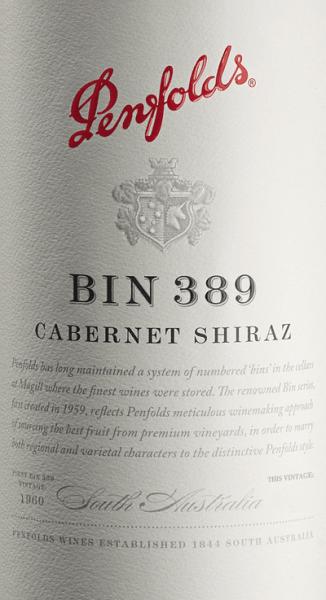 DerBin 389 von Penfolds ist eine herausragende, komplexe Rotwein-Cuvée aus den Rebsorten Cabernet Sauvignon (51%) und Shiraz (49%). Im Glas erstrahlt dieser Wein in einem glänzenden Granatrot mit dunklen Schattierungen. Das komplexe Bouquet gibt nur äußerst schwer die einzelnen Komponenten zu erkennen. Unter Lufteinwirkung entfalten sich eine eindrucksvolle Charaktere der Fasslagerung, die von Feigen-, Datteln-, Pflaumen- und Quittenaromen ergänzt von Soja- und Hoisin-Saucen-Noten untermalt werden. Eine ausgeprägte Frische mit dunklen Beeren (Brombeere und schwarze Johannisbeere) ist deutlich wahrzunehmen. Noten von Holzkohle und italienischem Gemüse (Zucchini, Aubergine) halten sich dezent im Hintergrund. Am vollmundigen, lebhaften Gaumen entfalten sich bei diesem australischen Rotwein ein weiniges Geflecht aus dunklen Beerenfrüchten zusammen mit mineralischen Anklängen (Graphit und Bleistiftmine) sowie süße Gewürznuancen. Darüber hinaus enthüllt diese Cuvée eine würzige Frische, ergänzt um eine lebendige Säure, wohlgeformte Tannine und achtungsvolle Eiche. Ein Wein von schöner Länge, Textur und tollem Gewicht. Vinifikation des Penfolds Cabernet Shiraz Bin 389 Nach Rebsorte getrennt werden die Trauben in den warmen und kühleren Anbaugebieten in Südaustralien gelesen. Ist das Lesegut im Weinkeller von Penfolds angekommen wird die Maische (rebsorten - und herkunftsgetrennt) zu einem Teil direkt im Holzfass vergoren - der andere Teil wird klassisch im Edelstahltank fermentiert. Nach der alkoholischen Gärung wird dieser Wein in kleinen Fässern aus amerikanischer Eiche (37% neues Holz) ausgebaut. Abschließend wird dieser Rotwein zum finalen Blend vermählt und reift für ein knappes weiteres Jahr auf der Flasche in dem Weinkeller von Penfolds. Speiseempfehlung für den Penfolds Bin 389 Wir empfehlen Ihnen diesen trockenen Rotwein aus Australien zu geschmorte Rinderbäckchen, Wildragout mit Waldpilzen, geschmortem Ochsenschwanz, gespicktem Hasenrücken oder Entenbraten aus de