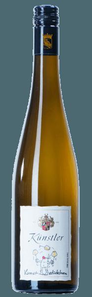 Der strahlende Riesling Kunststückchen vom Weingut Künstler begeistert das Auge mit klaren gelben Farbe im Glas. Die Nase wird von gelbfleischigen Pfirsichen und fruchtigen Aromen nach Zitrone und Limette dominiert. Am Gaumen setzt sich dieser fruchtbetonte Eindruck fort. Es gesellt sich eine elegante Säure dazu, die für Harmonie und Brillanz sorgt. Der Weißwein aus dem Rheingau bietet viel Potenzial. Serviervorschlag/Foodpairing Der Riesling Kunststückchen vom Weingut Künstler ist für sich alleingenommen schon ein hervorragender Genuss. Aber auch zu Geflügel, Fisch oder leichten Vorspeisen mit Meeresfrüchten sehr zu empfehlen.