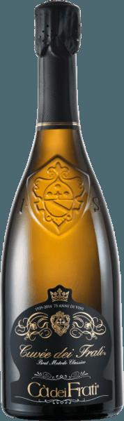 DerCuvée dei Frati Brut von Cà dei Frati ist ein erfrischender, italienischer Spumante aus den Rebsorten Turbiana (90%) und Chardonnay (10%). Im Glas besitzt dieser Schaumwein eine feine, durchgehende Perlage und erstrahlt in einem leuchtenden Goldgelb mit grünlichen Glanzlichtern. Das duftige Bouquet entfaltet intensive Aromen nach Haselnüssen, frisch gebackenen Keksen - untermalt von Nuancen nach Heu und würzigem Tabak. Am Gaumen ist dieser Wein herrlich seidig und cremig, denn der Chardonnay verleiht diesem Schaumwein seine weiche Seite und rundet so den jugendlichen Überschwang von Turbiana (Trebbiano) perfekt ab. Vinifikation desCà dei FratiCuvée dei Frati Brut Dieser italienische Schaumwein wird nach Metodo Classico vinifiziert. Zunächst werden die Trauben im Ganzen gepresst und im Edelstahltank vergoren (1. Gärung). Diesem Grundwein wird nun Zucker und Hefe hinzugefügt, anschließend in die Sektflasche gefüllt und mit einem Kronkorken fest verschlossen (2. Gärung). In der Flasche lagert dieser Schaumwein für insgesamt 24 Monate auf der Feinhefe und wird nach diesem zweiten Gärprozess dégorgiert. Abschließend reift dieser Spumante für 4 Monate auf der Flasche. Speiseempfehlung für denCuvée dei Frati Brut Cà dei Frati Genießen Sie diesen Spumante aus Italien als herrlichen Aperitif oder reichen Sie diesen zu knackigen Salaten mit Hähnchenbrust oder auch zu Gerichten mit Süßwasserfischen.