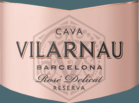 Das Perlenspiel dieses Cava glänzt im Glas vital und lang anhaltend. Dieser Schaumwein aus Spanien verzücktauch am Gaumen voll und ganz. Grund dafür ist unter anderem eine dezente Restsüße von 10,8 Gramm pro Liter, die den Barcelona Cava Brut Reserva Rosado besonders knackig und dicht macht. Dieser trockene Cava von Vilarnau ist genau das Richtige für Puristen, die am besten 0,0 Gramm Restzucker im Wein hätten. Der Barcelona Cava Brut Reserva Rosado kommt dem bereits recht nah, wurde er doch mit gerade einmal 10,8 Gramm Restzucker gekeltert. Am Gaumen präsentiert sich die Textur dieses leichtfüßigen Cava wunderbar knackig und dicht. Durch seine lebendige Fruchtsäure offenbart sich der Barcelona Cava Brut Reserva Rosado am Gaumen herrlich frisch und lebendig. Das Finale dieses Cava aus der Weinbauregion Katalonien, genauer gesagt aus Cava DO, begeistert schließlich mit gutem Nachhall. Vinifikation des Barcelona Cava Brut Reserva Rosado von Vilarnau Der elegante Barcelona Cava Brut Reserva Rosado aus Spanien ist eine Cuvée, biologisch hergestellt aus den Rebsorten Pinot Noir und Trepat. Zum Zeitpunkt optimaler Reife werden die Trauben für den Barcelona Cava Brut Reserva Rosado ohne die Hilfe grober und wenig selektiver Traubenvollernter ausschließlich händisch geerntet. Im Anschluss an die Weinlese werden die Trauben umgehend in die Kellerei gebracht. Hier werden sie sortiert und behutsam gepresst. Nun folgt die Gärung der Grundweine. Nach der Zusammenstellung der Cuvée folgt der weitere Ausbau auf Basis der klassischen Flaschengärung. Im Anschluss reift der Vilarnau Barcelona Cava Brut Reserva Rosado für einige Monate in der Flasche und wird schließlich degorgiert. Speiseempfehlung zum Vilarnau Barcelona Cava Brut Reserva Rosado Dieser Schaumwein aus Spanien sollte am besten gut gekühlt bei 8 - 10°C genossen werden. Er passt perfekt als begleitender Wein zu Kabeljau mit Gurken-Senf-Gemüse, Spaghetti mit Kapern-Tomaten-Sauce oder Nudeln mit Bratwurstklößchen.