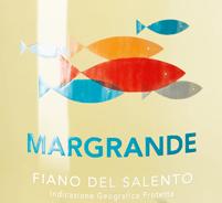 Die erste Nase des MARGRANDE Fiano del Salento offenbart Noten von Lavendel, Flieder und Pink Grapefruit. Den fruchtigen Teilen des Bouquets gesellen sich noch mehr fruchtig-balsamische Nuancen hinzu. Der Varvaglione MARGRANDE Fiano del Salento begeistert durch sein elegant trockenes Geschmacksbild. Er wurde mit außergewöhnlich wenig Restzucker auf die Flasche gebracht. Wie man es natürlich bei einem Wein im gehobenen Preiseinstieg erwarten kann, so verzückt dieser Italiener natürlich bei aller Trockenheit mit feinster Balance. Exzellenter Geschmack benötigt nicht zwangsläufig viel Zucker. Am Gaumen präsentiert sich die Textur dieses ausgeglichenen Weißweins wunderbar leicht. Im Abgang begeistert dieser Weißwein aus der Weinbauregion Apulien schließlich mit guter Länge. Erneut zeigen sich wieder Anklänge an Orange und Parfum-Rose. Vinifikation des MARGRANDE Fiano del Salento von Varvaglione Der balancierte MARGRANDE Fiano del Salento aus Italien ist ein reinsortiger Wein, gekeltert aus der Rebsorte Fiano. Nach der Lese gelangen die Trauben auf schnellstem Wege in die Kellerei. Hier werden sie sortiert und behutsam aufgebrochen. Anschließend erfolgt die Gärung im bei kontrollierten Temperaturen. Nach ihrem Ende . Speiseempfehlung zum Varvaglione MARGRANDE Fiano del Salento Dieser Weißwein aus Italien sollte am besten gut gekühlt bei 8 - 10°C genossen werden. Er eignet sich perfekt als Begleiter zu Gemüsesalat mit roter Beete, gebratene Forelle mit Ingwer-Birne oder Wok-Gemüse mit Fisch. Prämierungen für den MARGRANDE Fiano del Salento von Varvaglione Neben einem sehr guten Preis-Genuss-Verhältnis kann dieser Varvaglione Wein auch mit Auszeichnungen, darunter auch Medaillen aufwarten. Im Detail sind dies AWC Vienna International Wine Challenge - Silber