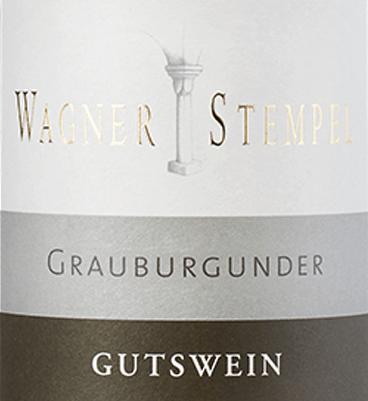 Der Grauburgunder trocken von Wagner-Stempel aus dem deutschen Weinanbaugebiet Siefersheim in Rheinhessen ist ein rebsortenreiner, feinsaftiger und animierender Weißwein, der ausschließlich aus biologisch angebauten Trauben vinifiziert wird. Im Glas erstrahlt dieser Wein in einem klaren Strohgelb mit hellgrünen Glanzlichtern. Fruchtige Aromen nach saftigen Birnen, tropischen Früchten - besonders Papaya und Melone - verzaubern die Nase. Dazu gesellen sich noch nussige Anklänge an Mandeln und feiner Waldblütenhonig. Am Gaumen überzeugt dieser deutsche Weißwein mit seinem mineralischen Körper. Das Zusammenspiel von wundervoller Fruchtfülle und feiner, frischer Säure steht in perfekter Balance. Ein belebender und ausgewogener Weißwein mit einem Hauch Fruchtsüße und einem schönen Nachhall. Vinifikation des Wagner-Stempel Grauburgunder Nach biologischem Anbau werden die Grauburgunder-Trauben kultiviert und stammen aus verschiedenen Lagen der Siefersheimer Weinberge. Die Böden bestehen größtenteils aus sandigem bis steinigem Lehm mit Porphyr-Verwitterungsgestein im Untergrund. Die Trauben werden nur von Hand gelesen und bereits in den Weinbergen selektiert. Im Weinkeller von Wagner-Stempel angekommen, wird der Most in Edelstahltanks ausgebaut. Für den Ausbau werden sowohl Edelstahltanks als auch traditionelles Stückfass aus deutscher Eiche verwendet. Speiseempfehlung für den Grauburgunder Wagner-Stempel Genießen Sie diesen trockenen Weißwein aus Deutschland zu Kabeljau mit Kartoffelpüree, knackiger Sommersalat mit gegrilltem Thunfisch oder auch zu jungen Käsesorten.