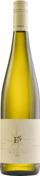 Der Riesling Schlabberwein von Ellermann-Spiegel aus der Pfalz zeigt sich als wunderbarer sortentypischer Riesling. Brilliant hellgelb im Glas, an der Nase feine Aromen von Pfirsich, Äpfel, Nuancen von Cassis, mineralische Akzente und blumige Noten. Er tänzelt geradezu auf der Zunge, mit ausserordentlich saftiger Frucht am Gaumen, mineralisch, zarten würzigen Noten, getragen von feiner und zugleich erfrischender Säure. Langer, mineralisch-fruchtiger Nachhall. Der Riesling von Frank spiegel deutet es mit seinem Namen schon an. Der harmonische Weißwein mit leichter Restsüße ist zum wegschlabbern gedacht. Ein im besten Sinne unkomplizierter Wein für jede Gelegenheit. Speiseempfehlungen und Degustationstipp zum Riesling von Ellermann & Spiegel Genießen Sie den Riesling aus der Pfalz solo, als Aperitif, aber auch zu Spargel, Fisch und asiatischen Gerichten. Vinifikation des Schlabberweins von Frank Spiegel Der Riesling Schlabberwein von Ellermann-Spiegel wird im Edelstahltank ausgebaut und verbleibt einige Zeit auf der Feinhefe, so dass sich die eleganten Aromen dieses klassischen Pfälzer Rieslings schön entfalten können, für geschmackvollen, aromatisch-eleganten Trinkgenuß.
