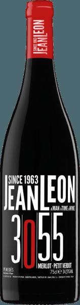 Der3055 Merlot Petit Verdot von Jean Leon ist eine wundervolle Rotwein-Cuvée aus dem spanischen Anbaugebiet DO Penedès. Mit einer tiefen kirschroten Farbe und violetten Highlights schimmert dieser Wein im Glas. Die Nase wird von einer fruchtigen Aromatik nach kandierten roten Früchten - Kirschen, Himbeeren, Johannisbeeren und Erdbeeren - mit feinen Röst- und Gewürznoten verwöhnt. Am Gaumen ist dieser spanische Rotwein weich und zugleich kraftvoll mit einer wunderbaren Fruchtfülle und Würze. Die sanft gereiften Tannine begleiten in das wundervoll lange Finale. Die 3055 bezieht sich auf die Zeit von Jean Leon in Amerika als Taxifahrer - seine New Yorker Taxilizenz hatte die Nummer 3055. Vinifikation des Merlot Petit Verdot 3055 Jean Leon Anfang September werden Merlot und Petit Verdot Trauben bei optimaler Reife gelesen und umgehend in die Kellerei von Jean Leon gebracht. Im Edelstahltank wird die Maische bei kontrollierter Temperatur für 3 Wochen vergoren. Danach erfolgt die Maischestandzeit für 15 Tage. Dadurch werden den Beerenhäuten die wundervolle Farbe, die Aromen und die sanfte Tanninstruktur entzogen. Anschließend wird dieser Rotwein vorsichtig abzogen und ruht für insgesamt 5 Monate in Barriques aus französischer Eiche. Für eine kurze Phase ruht dieser Wein noch weiter auf der Flasche, bevor dieser das Weingut Jean Leon verlässt. Speiseempfehlung für den Jean Leon 3055 Merlot Petit Verdot Genießen Sie diesen trockenen Rotwein zu Fleisch frisch vom Grill mit knackigen Salaten, gebratenem Schweinerücken in cremiger Sauce oder auch zu Wurst- und Schinkenspezialitäten und mittelwürzigem Weichkäse.