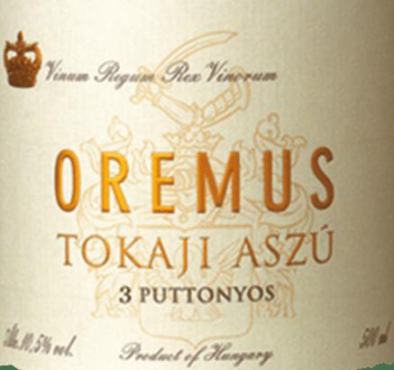 DerTokaji Aszù 3 Puttonyos von Tokaj Oremus ist ein feinfruchtiger, eleganter Dessertwein aus den Rebsorten Muscat de Lunel, Harslevelü und Furmint. Der Name Puttonyos bezeichnet die 25-kg Bütten, in denen die Trauben gelesen werden. Die Anzahl bezieht sich dabei auf die Bütten, die in einem 136 Liter Holzfass vergoren werden. Im Glas erstrahlt dieser Wein in einem leuchtenden Goldgelb mit glitzernden Schattierungen. Das elegante Bouquet offenbart reife Aromen nach Pfirsichen und Birnen - untermalt von Anklängen nach frisch geriebener Orangenschale und Sommerblütenhonig. Unvergesslich elegant nimmt dieser Tokaj den Gaumen ein. Es herrscht eine herausragende Balance zwischen der feinfruchtigen Süße und der filigranen Säure, die von gelben Steinfruchtaromen gekonnt ummantelt werden. Der lang anhaltende Nachhall rundet diesen Dessertwein harmonisch ab. Vinifikation des OremusPuttonyosAszù 3 Tokaji Von Hand werden die Rebsorten sorgsam gelesen und im Weinkeller Von Oremus zunächst eingemaischt. Für insgesamt 60 Tage wird der Most in Fässern aus ungarischer Eiche (Volumen 136 Liter) bei kontrollierter Temperatur vergoren. Anschließend reift dieser Dessertwein für 30 Monate in ungarischen Eichenholzfässern. Speiseempfehlung für den 3 Puttonyos Oremus Tokaji Aszù Genießen Sie diesen edelsüßen Dessertwein aus Ungarn gerne als willkommenen Aperitif oder reichen Sie diesen Wein zu frisch gebackenen Obsttörtchen, gebratener Entenbrust in Orangesauce oder auch zu würzigen Blauschimmelkäse.