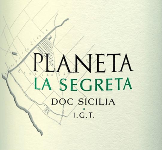 DerLa Segreta Bianco von Planeta aus dem italienischen Weinanbaugebiet DOC Sicilia ist eine wundervolle, harmonische und moderne Weißwein-Cuvée aus den Rebsorten Grecanico, Chardonnay, Viognier und Fiano. Im Glas schimmert dieser Wein in einem strahlenden Strohgelb mit grünlichen Glanzlichtern. Das frische Bouquet offenbart der Nase eine lebendige Aromatik nach erfrischenden Zitrusfrüchten, reifen Pfirsichen und Papaya - perfekt untermalt von blumigen Noten nach Kamille. Am Gaumen überzeugt dieser italienische Weißwein mit einem ausgewogenen Körper, der perfekt mit der raffinierten Säurestruktur harmoniert. Speiseempfehlung für den Planeta Bianco La Segreta Genießen Sie diesen trockenen Weißwein aus Italien gerne gut gekühlt als erfrischenden Aperitif. Aber auch zu einer gemischten Antipasti-Platte und Pasta Gerichten mit Meeresfrüchten in cremiger Sauce ist dieser Wein eine gute Wahl.