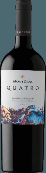 Der MontGras Quatro von Viña MontGras offenbart sich dem Betrachter in einem tiefen Rubinrot mit purpurnen Glanzlichtern. In der Nase beeindruckt er mit einer einzigartigen, komplexen Aromenkombination der einzelnen Traubensorten, die von reifen Früchten, Gewürzen und floralen Noten, über Anklänge an Toast und Zeder reichen. Fest, kraftvoll und tiefgründig gibt sich der MontGras Quatro am Gaumen, mit jeder Menge reifen und schön texturierten, weichen Tanninen, die ihm Struktur und Seidigkeit verleihen. Saftige reife schwarze Früchte vermählen sich auf der Zunge wunderbar ausgewogen mit den Vanille- und Toastaromen der Eichenholzlagerung und münden in einen langen Abgang.  Vier herausragende Traubensorten ergeben diesen bemerkenswerten und unverwechselbaren Rotwein, der die optimale Ausgewogenheit von reifen Früchten und samtig-weichen Tanninen zum Ausdruck bringt. Cabernet Sauvignon verleiht dem Wein Rückgrat und Komplexität, während Syrah für Tiefe und Harmonie sorgt. Carmenère drückt sich in der vollen Frucht und Malbec in der feinen Würze aus. Das Etikett verdeutlicht anhand vier ausgeprägter Farben das Vorhandensein der vier feinsten Traubensorten des Weingutes. Speiseempfehlung für den MontGras QuatrovonViña MontGras Genießen Sie die Cuvée Quatro von MontGras zu gegrilltem und gebratenem Fleisch, Ragout und Käse.