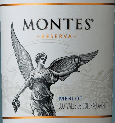 Der Merlot Reserva von Montes ist eine wundervolle Rotwein-Cuvée aus den Rebsorten Merlot (85%) und Cabernet Sauvignon (15%). Die Farbe dieses chilenischen Weins leuchtet in einem satten Purpurrot mit violetten Reflexen im Glas. Das Bouquet offenbart kräftige Aromen nach saftigen Himbeeren, reifen Blaubeeren und frischen Johannisbeeren. Dazu gesellen sich noch ein feiner Hauch Mokkaschokolade und zarte Vanilletöne. Am Gaumen erfreut dieser Rotwein mit seiner sehr saftigen und vollmundigen Persönlichkeit. Die frischen Gewürze - durch den Holzeinsatz - harmonieren perfekt mit den beerigen Fruchtnuancen - besonders Pflaumenmus tritt in den Vordergrund. Die Fruchtsäure ist lebhaft und die feinen Tannine sind wundervoll eingebunden. Der würzige Nachhall zeigt sich ausgewogen, lebendig und lang anhaltend. Vinifikation des Merlots Reserva Montes Bei Rebsorten wachsen im wunderschönen Valle de Colchagua. Die reifen Trauben werden bei kontrollierter Temperatur im Edelstahltank vergoren. Danach erfolgt die Reifung für sechs Monate in Fässern aus französischer Eiche. Erst vor der Flaschenabfüllung wird dieser Wein mit 15% Cabernet Sauvignon veredelt. Speiseempfehlung für den Montes Merlot Reserva Genießen Sie diesen trockenen Rotwein aus Chile zu saftigen Steaks, Lammchops mit Rosmarin-Knoblauch-Marinade oder auch zu Risotto mit Pilzen.