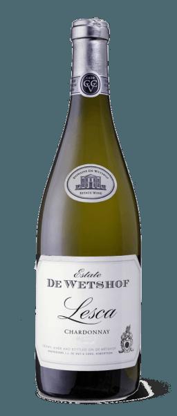 """Diesen Weißwein widmete der Winzer Danie de Wet seiner Gemahlin Lesca, weshalb dieser Wein ihren Namen auf dem Etikett trägt. Der Lesca Chardonnay von De Wetshof Estate ist ein absolut klassischer Chardonnay mit vielfätiger Frische und aromenreicher Finesse.Kräftige, lebhafte Pfirsich- und Zitrusaromen bereichern die Nase. Eine dezente Holznote, die Eleganz verleiht, gesellt sich dazu.Am Gaumen ist dieser Weißwein von einer rassigen Säure, während er in einem langen und buttrig-nussigem Finale endet. Speiseempfehlung für den Lesca Chardonnay Genießen Sie diesen trockenen Weißwein zu Gerichten mit Meeresfrüchten oder Geflügel oder als Aperitif. Auszeichnungen für den Lesca Chardonnay (Jahrgang 2014) John Platter 4 Sterne """"Excellent!"""" Robert M. Parker 89 Punkte Wine Spectator 90 Punkte"""