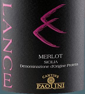Der Lance Merlot von Cantine Paolini aus dem italienischen Weinanbaugebiet DOCSicilia ist ein rebsortenreiner, ausgewogener und weicher Rotwein. Dieser Wein erscheint mit einem intensiven Rubinrot mit purpurnen Glanzlichtern: Das ausdrucksvolle Bouquet wartet mit einem wahren Feuerwerk an Früchten auf. Es offenbaren sich herrlichen Aromen nach saftigen Kirschen, unterstützt von den beerigen Nuancen der Maulbeeren, Cranberries und Himbeeren. Dieser typische sizilianische Rotwein überzeugt am Gaumen mit seinen weichen Tanninen und seiner ausgewogenen Säurestruktur. Die samtige Textur wird von Aromen nach Schwarzkirschen in einen langen und aromatischen Nachhall getragen. Vinifikation des Catine Paolini Lance Merlot Die Reben für diesen Merlot wurzeln auf tonhaltigen Böden in Sizilien. Nach der Lese per Hand werden die Trauben schonend gepresst und anschließend erfolgt die alkoholische Gärung mit Mazeration auf der Haut für etwa 12 Tage. Im Anschluss an die malolaktische Gärung wird dieser italienische Wein für 6 Monate in großen Eichenfässern und danach in Zementtanks ausgebaut. Nach der Abfüllung reift dieser Wein für weitere 6 bis 8 Monate in der Flasche. Speiseempfehlungen für den Lance Merlot Cantine Paolini Genießen Sie diesen trockenen Rotwein zu Pasta, Arancino (frittierten Reisbällchen), rotem Fleisch und Schafskäse. Auszeichnungen für den Lance Merlot von Cantine Paolini Luca Maroni: 89 Punkte für 2014