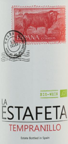 Der La Estafeta Tempranillo von Bodegas Fontana hüllt sich in eine kräftige purpurrote Robe. Eine Fülle an reifen Waldbeeren, Schwarzkirschen sowie ein wenig Holunder erfüllen die Nase. Mediterrane Noten von Rosmarin und Zeder runden das Duftprofil ab. Am Gaumen zeigt sich dieser spanische Rotwein kräftig und fruchtig-frisch mit samtigen Tanninen, die den Gaumen umschmeicheln. Ein fruchtbetonter, frischer und jugendlicher Abgang rundet ihn ab. Dieser sortenreine Tempranillo bringt den Charakter der eleganten Rebsorte in voller Pracht zum Ausdruck, wobei er jung, frisch und bewusst ohne den Einsatz von Holz gekeltert wird. Die Frucht steht bei diesem spanischen Klassiker voll im Mittelpunkt. Vinifikation des La Estafeta Tempranillo Die von Hand gelesenen vollreifen Trauben der Bodegas Fontana werden zunächst entrappt, gemaischt und die daraus entstandene Maische temperaturkontrolliert in Edelstahltanks vergoren. Danach wird die Maische abgepresst und der Wein reift für eine Weile in Edelstahltanks bevor er auf die Flasche gefüllt wird. Speiseempfehlung für den Fontana Estafeta Tempranillo Dieser trockene Rotwein aus Spanien ist ein idealer Begleiter zu Aufschnitt, Pasta mit Fleischsaucen, Paella, Gegrilltem und zu Gerichten der klassischen Mittelmeerküche.