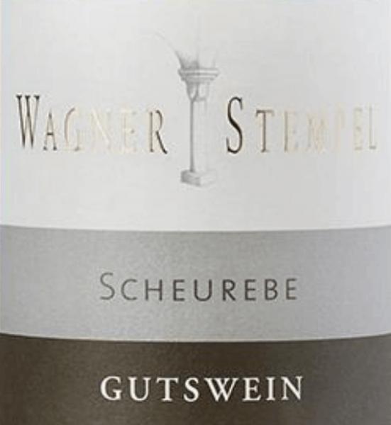 Die Scheurebe trocken von Wagner-Stempel ist ein rebsortenreiner, animierender und fruchtig-frischer Weißwein aus dem deutschen Weinanbaugebiet Siefersheim in Rheinhessen. Dieser Wein wird aus biologisch angebauten Trauben vinifiziert. Im Glas zeigt sich dieser Wein in einer klaren, hellgelben Farbe mit grünen Glanzlichtern Das Bouquet offenbart einen kräftigen, ausgeprägten und kühlen Duft, mit Aromen nach sonnengereiften Grapefruits, frischen Zitrusfrüchten und Cassis. Am Gaumen ist dieser deutsche Weißwein klar und feinsaftig, mit einer frischen, belebenden Säure, einem zarten mineralischen Körper und einer verspielten Aromatik von Grapefruit mit ausgewogener Mineralität. Ein lebendig frischer Wein von hoher Balance und mittlerem Volumen, mit Tiefe und Länge sowie etwas Frucht und Extraktsüße. Vinifikation der Wagner-Stempel Scheurebe Die biologisch angebauten Scheurebe-Trauben stammen von den unterschiedlichsten Weinbergen in Seifersheim Neu Bamberg und Uffhofen. Die Reben wurzeln dort in größtenteils sandigen bis steinigen Lehmböden mit Porphyr-Verwitterungsgestein im Untergrund. Nur von Hand werden die Beeren gelesen und streng selektiert. Der Gärprozess für diesen Weißwein findet im Edelstahltank statt. Damit die frische Fruchtfülle bestens zur Geltung kommt, wird dieser Wein ausschließlich im Edelstahltank ausgebaut. Speiseempfehlung für die Scheurebe Wagner-Stempel Dieser trockene Weißwein aus Deutschland passt hervorragend zu allerlei Gerichten der asiatischen Küche, gegrilltem Fisch mit Zitronen-Dip oder auch einfach nur ein Gläschen an einem schönen Sommerabend.