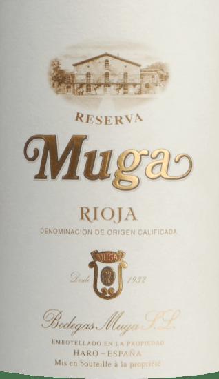DerReserva Rioja von Bodegas Muga ist eine bemerkenswerte, elegante und finessenreiche Rotwein-Cuvée aus dem spanischen Weinanbaugebiet La Rioja. Dieser Rotwein wird aus den Rebsorten Tempranillo, Garnacha, Mazuelo und Graciano vinifiziert. Im Glas schimmert dieser Wein einem strahlenden Rubinrot mit ziegelroten Glanzlichtern. Zuerst offenbart sich ein sehr fruchtiges Bouquet der Nase. Es präsentieren sich besonders präsent saftige Brombeeren, die nach und nach von feinen Gewürzen nach Vanille, geröstetem Kaffee und Eichenholznuancen untermalt werden. Am Gaumen zeigt sich bei diesem spanischen Rotwein ein weicher Auftakt, der von feinen, sehr gut integrierten Tanninen mit sehr dezenten Mentholanklängen begleitet wird. Der vollmundige Körper harmoniert perfekt mit der feinen Säure. Das Finale rundet diese Cuvée mit einem angenehm langen Nachhall wundervoll ab. Vinifikation desBodegas MugaReserva Rioja Die Trauben für diesen Rotwein wachsen auf Kalkstein-Terrassen aus der Tertiärzeit. Sobald das Lesegut im Weinkeller von Bodegas Muga angekommen ist, werden die Beeren sehr streng selektiert. Für die Gärung werden große Eichenholzfässer sowie natürliche Hefen verwendet. Dieser Rotwein durchläuft zudem die malolaktische Gärung. Ist der Gärprozess abgeschlossen, reift dieser Wein für 24 Monate in Fässern aus französischer (50%) und amerikanischer Eiche (50%). Nach der Abfüllung rundet der Muga Reserva noch für mindestens 12 Monate harmonisch auf der Flasche ab. Speiseempfehlung für denReserva Rioja von Bodegas Muga Dieser trockene Rotwein aus Spanien ist ein hervorragender Begleiter zu ausgewählten Schinkenspezialitäten - wieiberischem Schinken, Lamm frisch aus dem Ofen oder auch zu Fleischeintöpfen. Prämierungen für die Muga Rioja Reserva James Suckling: 94 Punkte für 2015 Robert Parker: 92 Punkte für 2015 Guia Proensa: 92 Punkte für 2015 Guia Penin: 91 Punkte für 2015 Guia Gourmets: 92 Punkte für 2015