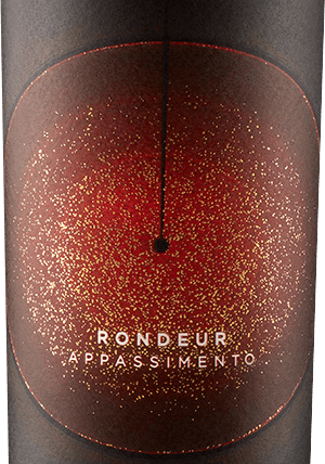 "The Rondeur Appassimento from La Grange in Languedoc comes with dark ruby red and brick-red reflections in the glass. Here it immediately enchants with intense aromas of black currants, juicy raisins, rum cherries and other raisined, dried or pickled fruits. Garrigue aromas of rosemary, thyme and myrrh as well as mineral and stone notes round off the nose of the Rondeur Appassimento perfectly. The La Grange Appassimento Rondeur starts on the palate with fine spices, delicate chocolate nuances and subtle sweetness. Plums, raspberries and blueberries come to mind, all wrapped in herbaceous garrigue spices. Everything is surrounded by full-bodied but soft tannins and a pleasantly harmonious, refreshing acidity. In the finish a wonderful, almost Amarone-like complexity, which makes the Rondeur resonate for a long time. Vinification of La Grange Rondeur Appassimento For its rondeur, La Grange uses grapes from the classic Languedoc vines Grenache, Syrah and Mourvedre. This legendary combination, also known as GSM for short, produces wonderfully complex, multi-layered aromas. So why not make it an appassimento, probably La Grange oenologist Thomas Raynaud thought. The process of drying the grapes to obtain more concentrated aromas is the absolute standard in Veneto, so why not in Languedoc? Thought - done! In the best La Grange, the grapes were left to hang on the vine until they began to dry out. After harvesting by hand and careful selection, fermentation followed. The cuvée was then assembled from the individual batches and placed in barrique barrels for ageing. With Rondeur - the sundial - La Grange not only pays tribute to the sun, the grapevine's most important ""partner"", but also shows a grape on the label. The sun is almost doubly important for the Rondeur Appassimento, as it helps the grapes to grow and ensures that they dry out at the end and concentrate their aromas. Food recommendation for the Rondeur Appassimento Enjoy this French Appassimento with everything grilled or classically with a typical southern French sausage platter."