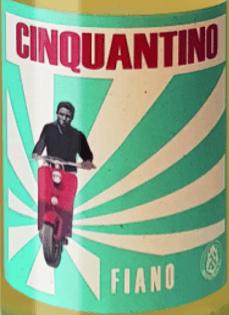 Der Cinquantino Fiano Puglia IGP von Cantina Sampietrana glänzt in vollem Gelb im Glas, im Bouquet duftet es delikat nach hellen Blüten,Zitrusfrüchtenund Mandeln. Am Gaumen trocken mit einer feinen, frischen Säure, gut eingebundenem Alkohol, weicher, geschmackvoller, kräftiger Körper mit Charakter. Vinifikation des Cinquantino Fiano Puglia IGP von Cantina Sampietrana Mit dem Cinquantino Fiano produziert Cantina Sampietrana einen der wenigen Weißweine der Kellerei. Der Fiano ist eine autochtone Rebsorte, die im ganzen Süden Italiens angebaut wurde und fast in Vergessenheit geraten wäre. Dank einiger Winzer erlebt sie aber auch in Apulien eine Renaissance. Die Trauben werden manuell gelesen, Mazeration, Gärung und Ausbau erfolgen im Edelstahltank, um so den floralen und zart fruchtigen Charakter der Rebsorte zu bewahren. Die lustige Vespa und das ein wenig 50ger Jahre anmutenden Etikett, ist eine Hommage an den Vater von Stefano Cervino, aber auch an die Epoche der Gründung der Cantina Sampietrana und an die Vespa, die damals wie heute noch zu den beliebtesten Fortbewegungsmitteln im Süden Italiens gehört. Speiseempfehlungen für den Cinquantino Fiano Puglia IGP von Sampietrana Der Fiano ist ein idealer Weißwein zu Vorspeisen, als Aperitif, zu Gemüse, Artischocken, zu leichten Fischgerichten und Meeresfrüchten, Pasta mi hellen Soßen, delikatem hellem Fleisch und eher junge Käsesorten. Genießen Sie zum Picknick, zur Party, als Bankettwein, als Wein für jeden Tag und jede Saison. Der Cinquantino Fiano kann gern in einem größeren Glas genossen werden und sollte nicht zu kühl serviert werden.