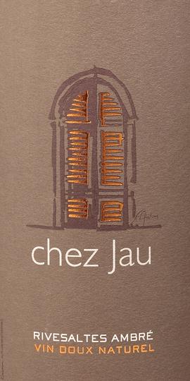 DerChez Jau Ambré Rivesaltes 0,5 l von Château de Jau ist ein herausragender, französischer Dessertwein aus den Rebsorten Grenache Blanc (80%) und Macabeo (20%). Im Glas schimmert dieser Wein in einem leuchtenden Altgold mit bernsteinfarbenen Reflexen. Das elegante Bouquet offenbart herrliche Aromen nach Honig, Orangenschalen, getrockneten Früchten, Feige und einem fein-hefigen Anklang. Der Gaumen lässt sich von einer intensiven, cremigen Textur mit geschmeidiger Fülle verwöhnen. Zu dem würzig-süßen Aromenspiel der Nase gesellen sich Noten nach kandierten Nüssen, Lebkuchen und Lakritz. Das Finale wartet mit einer wundervollen, samtweichen Länge auf. Vinifikation des RivesaltesChâteau de Jau Ambré Chez Jau Von Hand werden die Trauben (Grenache Blanc und Macabeo) im Weinberg selektiv gelesen. Das Lesegut wird umgehend in den Weinkeller gebracht und dort vollständig entrappt und sofort gepresst. Anschließend erfolgt eine Kaltstellung des Mostes, damit sich die Trübteilchen absetzen können. In Edelstahltank wird der Most bei kontrollierter Temperatur vergoren bis der Kellermeister den Gärprozess mittels hochprozentigem Weindestillat stoppt. Dadurch behält sich dieser Dessertwein seine natürliche Restsüße bei. Abschließend reift dieser französische Süßwein für ca. 4 Jahre in großen Fudern (6000 Liter) aus Eichenholz. SpeiseempfehlungAmbré RivesaltesChez Jau Dieser süße Weißwein aus Frankreich passt hervorragend zu süß-würzigen Gerichten der asiatischen Küche. Aber auch zu allerlei Desserts mit Zitrusfrüchten, Gugelhupf und Früchtebrot ist dieser Wein ein toller Begleiter. Prämierungen für denChez Jau Ambré Rivesaltes Château de Jau Wine Advocate - Robert M. Parker: 92 Punkte für 2007