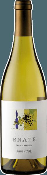 Der Chardonnay 234 von Enate erscheint im Glas in einem intensiven Goldgelb mit grünlichen Reflexen und präsentiert dabei sein vielschichtiges, fruchtbetontes Bouquet. Dieses wird geprägt durch die Aromen von Birnen, grünem Apfel, Aprikosen und exotischen Früchtem wie Guave und Passionsfrucht. Abgerundet werden diese Noten durch nussige und mineralische Nuancen. Am Gaumen ist dieser Chardonnay aus Spanien harmonisch und elegant, mit erfrischenden Noten, welche an Nüsse und gelbe Früchte erinnern. Der Abgang des Chardonnay 234 ist lang und mineralisch. Vinifikation für den Chardonnay 234 von Enate Nach der Lese werden die Trauben für diesen Weißwein schonend gepresst, mazeriert und in Edelstahltanks ausgebaut. Nach der Gärung wird der Wein mit Speisegelantine geklärt. Speiseempfehlung für den Chardonnay 234 von Enate Genießen Sie diesen trockenen Weißwein zu Vorspeisen und Tapas, Pasta, Gerichten mit Fisch und Meeresfrüchten oder zu zarten Gerichten von Schwein und Rind. Auszeichnungen für den Chardonnay 234 von Enate Guia Penin: 91 Punkte (Jahrgang 2015) 90 Punkte (Jahrgänge 2014, 2013, 2012, 2011) Mundus Vini: Silber (Jahrgang 2013) Concours Mondial de Bruxelles: Gold (Jahrgang 2012)