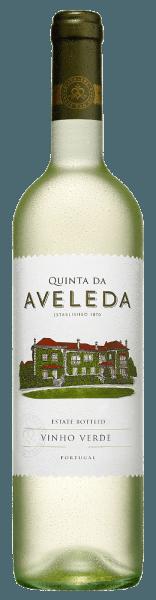 Der Vinho Verde von Quinta da Aveleda strahlt im Glas in einem hellen Gelb mit grünlichen Reflexen und entfaltet ein wunderbares Bouquet mit floralen Anklängen durch den Loureiro, welches abgerundet wird durch tropischen Noten des Alvarinho. Am Gaumen zeigt sich die typische, animierende Säure eines Vinho Verde mit einer verspielten Leichtigkeit. Dieser elegante und frischen Wein endet in einem langen Finale. Vinifikation für den Vinho Verde von Quinta da Aveleda Dieser Vinho Verde wird aus den Rebsorten Loureiro und Alvarinho vinifiziert. Die Rebstöcke dieser Sorten wurzeln auf granithaltigen und sandigen Böden in der portugiesischen Region Vinho Verde. Nach der Lese werden die Trauben bei geringem Druck sanft gepresst und anschließend bei 16 bis 18° Celsius der alkoholischen Gärung unterzogen. Danach wird der Wein in Edelstahlfässern gelagert zusammen mit feinen Hefeelementen. Vor der Abfüllung wird dieser Vinho Verde filtriert. Speiseempfehlung für den Vinho Verde von Quinta da Aveleda Genießen Sie diesen trockenen Weißwein zu Meeresfrüchten, mildem Ziegenkäse oder Hähnchenbrustfilets. Auszeichnungen für den Vinho Verde von Quinta da Aveleda Wine Enthusiast 2015: 91 Punkte Decanter Awards 2015: Bronze