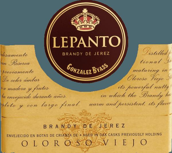 DerLepanto Solera Gran Reserva O.V. von Gonzalez Byass ist ein sehr eleganter, vielschichtiger Brandy aus dem spanischen Weinanbaugebiet Jerez. Für diesen Weinbrand werden ausschließlich Palomino Fino Trauben destilliert. Das O.V. steht für Oloroso Viejo. Dieser besonders reichhaltige Brandy zeigt sich in einem glänzenden Goldbraun mit kupferfarbenen Glanzlichtern. Die Nase wird von einem intensiven, kraftvollen Bouquet nach Eichenholz- und Nussnoten sowie feinwürzigen Röstaromen verwöhnt. Sein dichter und vollmundiger Geschmack brilliert mit einer zarten Würze von gerösteten Nüssen. Dieser Brandy de Jerez besitzt einen kraftvollen, vielschichtigen Körper, der in das lange, würzige Finale begleitet. Vinifikation desByassLepanto O.V.Solera Gran Reserva Für diesen Brandy werden nur ausgewählte, beste Palomino Fino Trauben verwendet und im Weinkeller von Bodega Los Arcos gepresst. Zügig wird der feine Most vergoren und anschließend in Kupferbrennkessel zweifach gebrannt. Die Kupferbrennkessel sind zwei originale Alambics Charentais mit einem Volumen von 25hl. Nur der Feinbrand mit 65 bis 72 Volumenprozent wird für diesen Brandy verwendet und für insgesamt 15 Jahre in das Solera- und Criadera-System System gelegt. Dies sind 600 Liter Holzfässer aus amerikanischer Eiche, die auch für die Sherry-Herstellung genutzt werden. Für 12 Jahre reift dieser Weinbrand in ehemaligen Tío-Pepe-Fässern - die restlichen 3 Jahre in Oloroso-Fässern. Servierempfehlung für den LepantoSolera Gran Reserva O.V. Dieser Brandy de Jerez ist ein wundervoller, eleganter Digestif. Gerne können Sie diesen Weinbrand auch pur Genuss - Solo oder auf Eis.