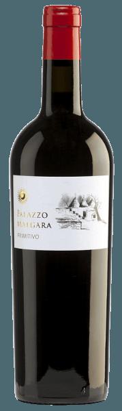 Die intensive, dichte, rote Farbe des Primitivo von Palazzo Malgara gleicht einem strahlenden Rubin. Ein ganzer Fruchtkorb voller Brombeeren, Johannisbeeren, Holunderbeeren und anderen dunklen Früchten (Kirsche, Pflaume) erfüllt die Nase. Würzige Note von Zeder und etwas Zimt, Vanille sowie eine Spur Rosmarin runden die Aromen der Nase ab. Am Gaumen brilliert dieser italienische Rotwein mit seiner fruchtig-warmen und blumigen Stilistik. Ein voller, saftiger sowie samtiger Körper offenbart sich am Gaumen. Das Finale ist herrlich angenehm und weich. Vinifikation des Malgara Primitivo Nach der vorsichtigen Lese werden die Trauben des Weinguts Palazzo Malgara entrappt und eingemaischt. Die entstandene Maische wird im Edelstahltank vergoren und der daraus gewonnene Wein für sechs Monate im Barrique ausgebaut. Speiseempfehlung für denPrimitivo von Palazzo Malgara Dieser Rotwein aus Apulien ist ein vortrefflicher Begleiter von Rinderbraten mit Buttermöhrchen und Kartoffelstampf sowie zu pikanten Käsesorten.