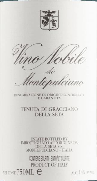 Mit dem Tenuta di Gracciano della Seta Vino Nobile di Montepulciano kommt ein erstklassiger Rotwein ins Glas. Hierin offeriert er eine wunderbar dichte, purpurrote Farbe. Idealerweise in ein Rotweinglas eingegossen, offenbart dieser Rotwein aus der Alten Welt herrlich ausdrucksstarke Aromen nach Jasmin, Flieder, Pflaume und Veilchen, abgerundet von schwarzem Tee, Lebkuchen-Gewürz und Bitterschokolade, die der Fassausbau beisteuert. Dieser Rote von Tenuta di Gracciano della Seta ist perfekt für alle Wein-Genießer, die es trocken mögen. Dabei zeigt er sich aber nie karg oder spröde, sondern rund und geschmeidig. Am Gaumen präsentiert sich die Textur dieses druckvollen Rotweins wunderbar seidig. Durch die moderate Fruchtsäure schmeichelt der Vino Nobile di Montepulciano mit samtigem Gaumengefühl, ohne es gleichzeitig an saftiger Lebendigkeit missen zu lassen. Das Finale dieses Rotweins aus der Weinbauregion Toskana, genauer gesagt aus Montepulciano, überzeugt schließlich mit gutem Nachhall. Der Abgang wird zudem von mineralischen Facetten der von Kalkstein dominierten Böden begleitet. Vinifikation des Tenuta di Gracciano della Seta Vino Nobile di Montepulciano Der kraftvolle Vino Nobile di Montepulciano aus Italien ist eine Cuvée, vinifiziert aus den Rebsorten Merlot und Sangiovese. Die Trauben wachsen unter optimalen Bedingungen in der Toskana. Die Reben graben hier ihre Wurzeln tief in Böden aus Kalkstein. Die Beeren für diesen Rotwein aus Italien werden, zum Zeitpunkt optimaler Reife, ausschließlich von Hand geerntet. Nach der Lese gelangen die Weintrauben zügig in die Kellerei. Hier werden Sie selektiert und behutsam aufgebrochen. Es folgt die Gärung im großen Holz bei kontrollierten Temperaturen. Nach ihrem Ende wird der Vino Nobile di Montepulciano noch für 18 Monate in 900 l Tonneau aus französischer und slawonischer Eiche ausgebaut. Speiseempfehlung zum Tenuta di Gracciano della Seta Vino Nobile di Montepulciano Trinken Sie diesen Rotwein aus Italien idealerwei