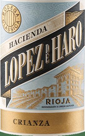 Der Crianza vonHacienda López de Haro funkelt intensiven violett im Glas. Reife rote Fruchtaromen, die an Brombeeren, schwarze Johannisbeeren und Kirschen erinnern, und eine Spur Leder erfüllen die Nase. Würzige Nuancen von Zimtstange und mit Gewürznelke gespickter Orange ergänzen das Bouquet. Am Gaumen zeigt sich der Hacienda López de Haro Crianza sehr weich, ausdrucksvoll und elegant. Ein schöner Rioja-Rotwein, der Anspruch und Trinkfreude perfekt verbindet. Dieser spanische Rotwein verkörpert die perfekt balancierte Kombination aus fruchtigen Eigenschaften und feinen Noten der Fasslagerung. Speiseempfehlung für den Hacienda López de Haro Crianza Dieser Rioja Rotwein ist ein echter Genuss zu kräftigen Tapas, Paella, Schmorgerichten von rotem Fleisch und reifem Käse.