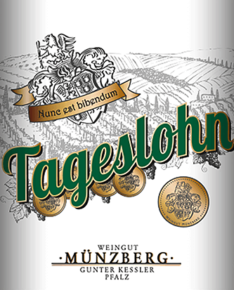 The dry Riesling Tageslohn from Weingut Münzberg presents itself golden in the glass and also the bouquet is truly golden: fresh pineapple and peach are just some of the many notes that can be recognized. The Riesling also has a delicate character and typical aromas of the variety, from peach to lemon. This is accompanied by a refreshing fruit acid structure. Due to the low alcohol content, the daily wage Riesling receives additional structure and a long finish. Food recommendation for the Tageslohn Riesling dry from Weingut Münzberg The Tageslohn Riesling from Weingut Münzberg is a wonderful companion to seafood, fish, roast pork or veal and asparagus.
