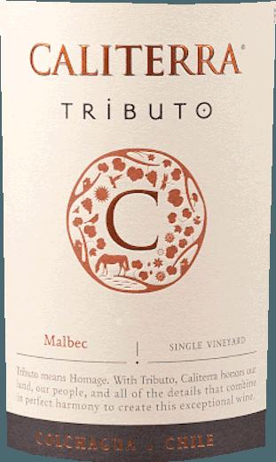Der elegante Tributo Malbec Colchagua Valley aus dem Hause Caliterra kommt mit leuchtendem Purpurrot ins Glas. Der Nase offenbart dieser Caliterra Rotwein allerlei schwarze Johannisbeeren, Brombeeren, Heidelbeeren, Lavendel und Maulbeeren. Als wäre das nicht bereits eindrucksvoll, gesellen sich durch den Ausbau im kleinen Holzfass noch orientalische Gewürze, schwarzer Tee und Zimt hinzu. Dieser trockene Rotwein von Caliterra ist genau das Richtige für WeinliebhaberInnen, die am liebsten 0,0 Gramm Restzucker im Wein hätten. Der Tributo Malbec Colchagua Valley kommt dem bereits recht nah, wurde er doch mit gerade einmal 1,5 Gramm Restzucker gekeltert. Auf der Zunge zeichnet sich dieser ausgeglichene Rotwein durch eine ungemein seidige und dichte Textur aus. Durch seine vitale Fruchtsäure präsentiert sich der Tributo Malbec Colchagua Valley am Gaumen außergewöhnlich frisch und lebendig. Das Finale dieses Rotweins aus der Weinbauregion Valle Central begeistert schließlich mit beachtlichem Nachhall. Vinifikation des Caliterra Tributo Malbec Colchagua Valley Ausgangspunkt für die erstklassige und wunderbar balancierte Cuvée Tributo Malbec Colchagua Valley von Caliterra sind Malbec und Petit Verdot Trauben. Nach der Lese gelangen die Trauben umgehend in die Kellerei. Hier werden Sie selektiert und behutsam gemahlen. Anschließend erfolgt die Gärung im Edelstahltank und kleinen Holz bei kontrollierten Temperaturen. Der Gärung schließt sich eine Reifung über 12 Monate in Barrique aus Eichenholz an. Speiseempfehlung für den Tributo Malbec Colchagua Valley von Caliterra Erleben Sie diesen Rotwein aus Chile idealerweise temperiert bei 15 - 18°C als Begleiter zu Lammragout mit Kichererbsen und getrockneten Feigen, Gänsebrust mit Ingwer-Rotkohl und Majoran oder geschmortes Hähnchen in Rotwein. Auszeichnungen für den Tributo Malbec Colchagua Valley von Caliterra Neben einem für die Qualität absolut angemessenen Preis kann dieser Caliterra Wein auch mit Auszeichnungen aufwarten. Im 