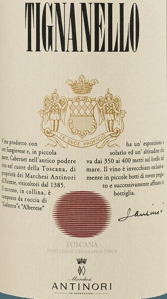 Der im Fass ausgebaute Tignanello Toscana aus der Weinbau-Region die Toskana präsentiert sich im Glas in leuchtendem Purpurrot, Rubinrot. Beim Schwenken des Weinglases kann man bei diesem Rotwein eine perfekte Balance wahrnehmen, denn er zeichnet sich an den Glaswänden weder wässrig noch sirup- oder likörartig ab. Der Nase präsentiert dieser Tenuta Tignanello Rotwein allerlei Brombeeren, Maulbeeren, Heidelbeeren und Schwarze Johannisbeeren. Als wäre das nicht bereits eindrucksvoll, gesellen sich durch den Ausbau im kleinen Holzfass weitere Aromen wie Bitterschokolade, Lebkuchen-Gewürz und Vanille hinzu. Am Gaumen eröffnet der Tignanello Toscana von Tenuta Tignanello angenehm trocken, griffig und aromatisch. Am Gaumen präsentiert sich die Textur dieses ausgeglichenen Rotwein wunderbar seidig, schmelzig, samtig und dicht. Das Finale dieses sehr reifungsfähigen Rotwein aus der Weinbauregion die Toskana, genauer gesagt aus Toscana IGT, überzeugt schließlich mit außergewöhnlichem Nachhall. Der Abgang wird zudem von mineralischen Anklängen der von Mergel und Schiefer dominierten Böden begleitet. Vinifikation des Tignanello Toscana von Tenuta Tignanello Ausgangspunkt für die erstklassige und wunderbar balancierte Cuvée Tignanello Toscana von Tenuta Tignanello sind Cabernet Franc, Cabernet Sauvignon und Sangiovese Trauben. In der Toskana wachsen die Reben, die die Trauben für diesen Wein hervorbringen auf Böden aus Kalkstein, Schiefer und Mergel. Der Tignanello Toscana ist ein Alte Welt-Wein durch und durch, denn dieser Italiener versprüht einen außergewöhnlichen europäischen Charme, der ganz klar den Erfolg von Weinen aus der Alten Welt unterstreicht. Die Ausreifung des Lesegutes für diesen Wein aus Cabernet Franc, Cabernet Sauvignon und Sangiovese wird zu einem beachtlichen Anteil vom Klima der Anbauregion beeinflusst. In der Toskana gedeihen die Trauben in einem warmen Klima, was sich unter anderem in besonders gut ausgereiften Trauben und einem eher hohem Mostgewicht ni