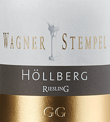 Der Siefersheim Höllberg Riesling Großes Gewächs von Wagner-Stempel aus den ältesten und besten Parzellen der VDP.Grossen Lage Höllberg im Weinanbaugebiet Siefersheim in Rheinhessen ist ein schmelziger, charaktervoller und ausgezeichneter Weißwein. Diese erstklassige Große Lage wird ausschließlich aus biologisch angebauten Riesling-Trauben vinifiziert. Im Glas erstrahlt dieser Wein in einem klaren Strohgelb mit hellgoldenen Glanzlichtern. Die Nase wird von einem fruchtig-blumigen Bouquet verzaubert. Es entfalten sich ausdrucksvolle Aromen nach saftigen Pfirsichen, reifen Aprikosen und tropische Früchten - besonders sonnengereifte Mango tritt in den Vordergrund - hervorragend ergänzt von blumigen Noten nach Jasmin und Akazie. Am Gaumen überzeugt dieser deutsche Spitzen-Riesling mit einer frischen und animierenden Säurestruktur, die ein wundervolles Zusammenspiel mit dem prägnant mineralischen Körper ergibt. Auch die Aromen der Nase spiegeln sich wider und unterstützen das ausgezeichnete Volumen. Das Finale wartet mit einer großartigen Länge auf. Vinifikation des Großes Gewächs Wagner-Stempel Höllberg Riesling Ohne Zweifel kann sich die Spitzenlage Höllberg zu den besten und ältesten Parzellen der VDP.Grossen Lagen zählen. Nach biologischem Anbau werden die Riesling-Reben kultiviert. In steinigen und skelettreichen Schotter- und Lehmböden mit anstehendem Porphyrfels im Untergrund wurzeln die Rebstöcke. Nur von Hand mit strenger Selektion werden die Trauben spät im Jahr gelesen. Im Weinkeller von Wagner-Stempel wird das Lesegut nach abgeschlossenem Gärprozess sowohl in Edelstahltanks als auch im traditionellen Stückfass und Halbstückfass aus deutscher Eiche ausgebaut. Speiseempfehlung für den Wagner-Stempel GG Riesling Siefersheim Höllberg Genießen Sie diesen trockenen Weißwein aus Deutschland zu Kalbsröllchen mit Pestofüllung in Kräutersoße und Röstkartoffeln, Thunfischsteaks auf frischem Spinat oder auch zu Gebackene Forellen mit Kräuterbutter.