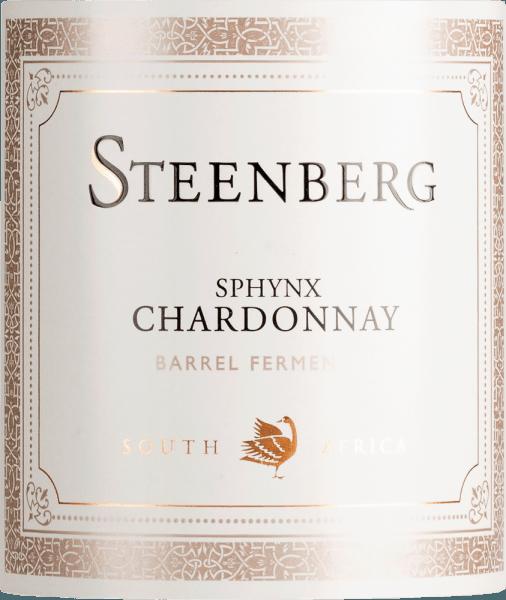 Im Glas präsentiert der Sphynx Chardonnay von Steenberg eine leuchtend goldgelbe Farbe. Der Nase präsentiert dieser Steenberg Weißwein allerlei Pomelo, Zitronen, Schattenmorellen, Schwarzkirschen und Kumquats. Als wäre das nicht bereits eindrucksvoll, gesellen sich noch Wacholder, sonnenwarmes Gestein und Garrigue hinzu. Dieser trockene Weißwein von Steenberg ist genau das Richtige für WeinliebhaberInnen, die am liebsten knochentrocken trinken. Der Sphynx Chardonnay kommt dem bereits sehr nahe, wurde er doch mit gerade einmal 3,8 Gramm Restzucker gekeltert. Am Gaumen präsentiert sich die Textur dieses ausgeglichenen Weißweins wunderbar seidig und cremig. Durch seine präsente Fruchtsäure offenbart sich der Sphynx Chardonnay am Gaumen traumhaft frisch und lebendig. Im Abgang begeistert dieser Weißwein aus der Weinbauregion Westkap schließlich mit guter Länge. Erneut zeigen sich wieder Anklänge an Limette und Zitrone. Vinifikation des Steenberg Sphynx Chardonnay Der balancierte Sphynx Chardonnay aus Südafrika ist ein reinsortiger Wein, vinifiziert aus der Rebsorte Chardonnay. Nach der Lese gelangen die Trauben zügig in die Kellerei. Hier werden sie selektiert und behutsam gemahlen. Anschließend erfolgt die Gärung im bei kontrollierten Temperaturen. Speiseempfehlung zum Steenberg Sphynx Chardonnay Dieser südafrikanische Weißwein sollte am besten moderat gekühlt bei 11 - 13°C genossen werden. Er passt perfekt als begleitenden Wein zu pikantes Curry mit Lamm, Thai-Gurkensalat oder gebackenen Schafskäse-Päckchen. Auszeichnungen für denSphynx Chardonnay von Steenberg John Platter - 4 Sterne für 2019