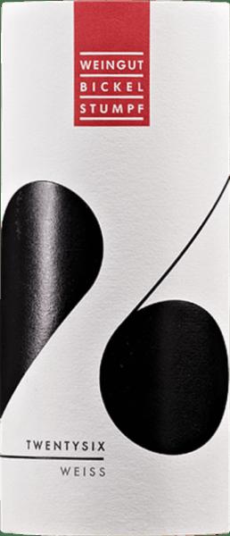 Der Twentysix weiss von Bickel-Stumpf ist ein herrlich süffig-aromatischer Gutswein, der sich mit Litschi- und Grapefruitaromen, zarter Birnenfrucht und würzigen Anklängen von Muskat und Nelke präsentiert. Ein herrlich aromatischer Fruchtkorb der besten Sorte. Am Gaumen überzeugt der Twentysix Weiss mit einem herrlich saftigen und aromatisch-fruchtigen Auftakt. Feiner Schmelz und Anflüge tropischer Früchte wie Ananas und Physalis gesellen sich zu den Aromen der Nase. Trotz seiner aromatischen Fülle bleibt der Twentysix elegant und ist zudem im Alkohol recht leicht. Eine Spur Fruchtsüße prägt den eindrucksvollen Abgang. Vinifikation des Twenty Six White und Ursprung des Namens Seinen Namen hat diese Weißweincuvée aus Riesling und Silvaner mit kleinen Teilen Traminer und Scheurebe durch Ihren Entstehungstag. Es war der 26. Geburtstag von Melanie Stumpf, als man sich überlegte, einen besonders fruchtig-duftigen Weißwein zu kreieren, der trotzdem nicht schnell satt macht. Weil der Wein allseits großen Anklang fand, wurden einfach mal 1000 Flaschen gefüllt. Auf die weißen Etiketten aus dem Bürobedarf wurde kurz und gut mit Edding eine große 26 draufgemalt. So ist der Name für diesen Weißwein entstanden, der schon schnell eine große Fangemeinde fand. Speiseempfehlung für den Twentysix weiss von Bickel-Stumpf Genießen Sie den Twentysix zu exotisch pikanten Gerichten der Thailändischen, Indischen, Vietnamesischen oder Chinesischen Küche, zu gegrilltem Geflügel oder einfach nur so.
