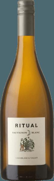 DerRitual Sauvignon Blanc von Veramonte ist ein ausgezeichneter, rebsortenreiner Weißwein aus dem chilenischen Weinanbaugebiet Valle de Casablanca. Ein klares Strohgelb mit grünlich-goldenen Reflexen schimmert bei diesem Wein im Glas. Das duftige Bouquet wartet mit rebsortentypischen Aromen auf - es entfalten sich reife Stachelbeeren zusammen mit intensiven Zitrusfrüchten und saftigen Pfirsichen sowie Nektarinen, untermalt von filigranen Anklängen nach Cassisblüten. Der Gaumen erfreut sich an dem frischen und lebendigen Charakter dieses chilenischen Weißweins. Die zitrischen Noten harmonieren wundervoll mit der wundervoll eingebundenen Säure, die von einem mineralischen Hauch begleitet wird. Das lange Finale wird von einem zarten Schmelz perfekt unterlegt. Vinifikation des Veramonte Ritual Sauvignon Blanc In ausgewählten Parzellen im Casablanca Valley gedeihen die Sauvignon Blanc Trauben für diesen Weißwein. In der Nacht werden die Beeren von Hand gelesen, um so die Frische zu bewahren. Im Weinkeller wird das Lesegut zweifach selektiert und anschließend im Ganzen gepresst. Der Most wird vom Kellermeister auf drei verschiedenen Arten vergoren: 30% dieses Mostes fließen in Betoneier, 30% in Eichenholzfässer und 40% in Edelstahltanks. Durch die unterschiedlichen Gärmethoden kann das ganze Aromenspektrum auf natürliche Weise alle verschiedenen Facetten präsentieren. Nach den Gärprozessen verbleibt dieser Weißwein für 8 Monate auf der Feinhefe mit 14tägiger Batonnage (Aufrühren der Hefe). Speiseempfehlung für den Sauvignon Blanc Ritual Veramonte Genießen Sie diesen trockenen Weißwein aus Chile zu frischem Fisch vom Grill, Muscheln im Weißwein-Sud, knackigen Salaten mit Hähnchenbrust oder auch zu Ziegenkäse.