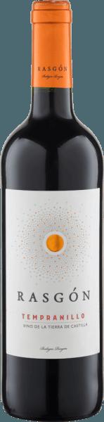 Der Rasgón Tempranillo von Bodegas Rasgón präsentiert sich im Glas in einem tiefen Rot und verführt mit seinen rebsortentypischen Aromen. Dazu gehören ausgeprägte Noten von Brombeeren, Kirschen, Pflaumen und würzige Nuancen. Dieser spanische Rotwein ist am Gaumen geschmeidig, würzig und lässt intensive Geschmacksnoten von Brombeeren erkennen. Die weichen und süßen Tannine sorgen für einen samtigen Abgang mit einer eleganten Struktur. Speiseempfehlung für den Rasgón Tempranillo Genießen Sie diesen halbtrockenen Rotwein zu Tapas wie Manchego, Oliven, Serrano oder zur mediterranen Küche.
