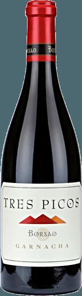 """Mit demTres Picos Garnacha Campo de Borja DO von Bodegas Borsao kommt Ihnen ein herrlich expressiver Wein ins Glas: süße Aromen vonKirschlikör, Lakritze und weißem Pfeffer werden mit staubig- lehmigen Eindrücken kombiniert und zu einem körperreichen, fleischigen Wein verbunden. Verkostungsnotiz/ Degustation des Tres Picos Der Tres Picos von Borsao zeigt sich im Glas in einem dunklen Kirschrot. Intensive Aromen nach roten Beerenfrüchten und Schwarzkirche dominieren die Nase. Hinzu kommen wunderbar florale Nuancen. Am Gaumen zeigt sich dieser spanische Syrah reichhaltig und wohlstrukturiert. Auch hier kommen fruchtige Aromen, die an heidelbeere und Kirschen erinnern, zutage. Ergänzt werden diese durch feine Vanillenoten. Mit seinen angenehm eingebundenen Tanninen offenbart der Tres Picos einen lang anhaltenden, ausgewogenen Nachhall. Vinifikation/ Herstellung Bodegas Borsao ist seit vielen Jahren eine erstklassige, konstante und zudem äußerst sympathische Adresse für Rotweine, wie man sie sich nur wünschen kann. Die hier erzeugten Weine sind stets klar und fruchtbetont, konzentriert, dabei immer frisch bei animierender Säure. Die etwa 620 Kleinerzeuger, die sich zu dieser Kooperative zusammengeschlossen haben, wissen dabei das ganze Potenzial der urigen Region Campo de Borja ausschöpfen. Auf einer Höhe von 350 bis 750 Metern bewirtschaften sie knapp 2.400 Hektar Weinberge mit sehr alten Reben, die glücklicherweise die Phase der Neuanpflanzungen von internationalen Rebsorten in den 80er und 90er Jahren überstanden.Im Weinkeller der Genossenschaft greift Chef-Önologe José Luis Chueca gerne auf Bewährtes zurück: Zementtanks und Barriques kommen hier zum Einsatz, die Weinerzeugung erfolgt nach traditionellen Grundsätzen. Für Chueca zählt die Qualität der Traube, denn die ist im Keller durch nichts zu ersetzen.Die autochthone Rebsorte Garnacha spielt bei Bodegas Borsao eine primäre Rolle; man vermutet ihren Ursprung in Aragonien, da man sie in Spanien auch """"Tinto Aragonéz"""""""
